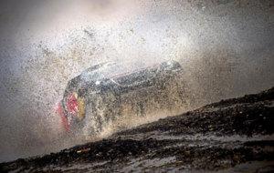 Sebastien Loeb (42), sobre su Peugeot el agua y el barro en la etapa...