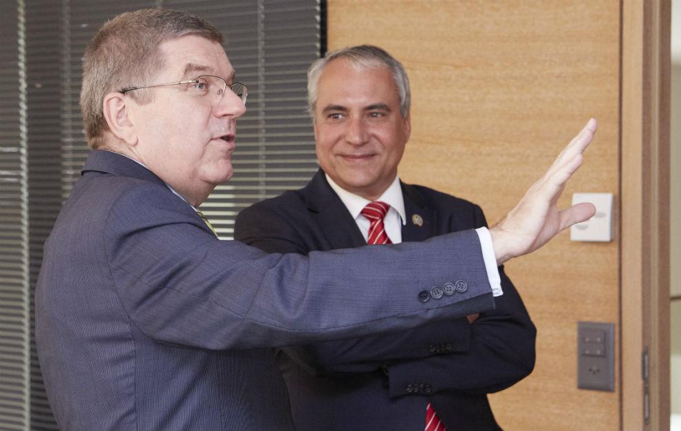 De Vos, junto a Thomas Bach, presidente del Comité Olímpico...