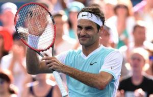 Roger Federer saluda al p�blico australiano tras ganar su partido de...