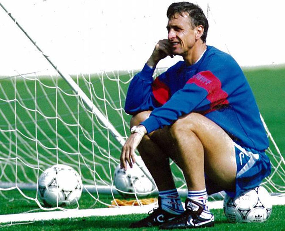 Johan Cruyff observa un entrenamiento de sus futbolistas