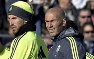 Sergio Ramos y Zinedine Zidane, durante un entrenamiento del Real...