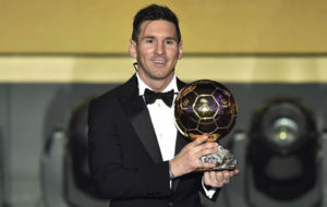 Messi posa con el Balón de Oro 2015.