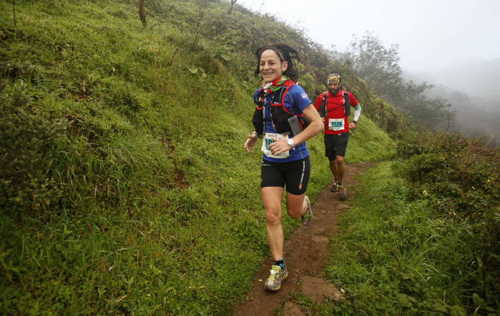 Dos corredores en una carrera de montaña.