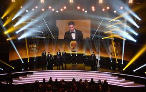 Leo Messi recibe su quinto Balón de Oro en la gala de la FIFA...