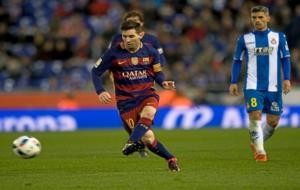Messi conduce el balón en el último derbi contra el Espanyol.