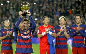 Messi exhibe su quinto Balón de Oro ante su afición