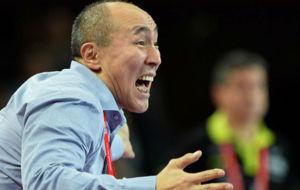Talant Dujshebaev da instrucciones a sus jugadores durante el...