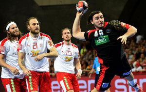 El alemán Jannik Kohlbacher marca ante los daneses Mikkel Hansen,...
