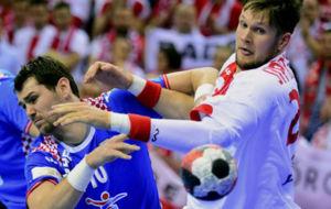 El polaco Kamil Syprzak pugna con el croata Jakov Gojun.