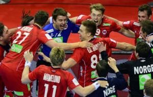 Los jugadores de Noruega festejan su clasificación tras vencer a...