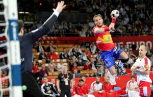 Víctor Tomás, en un lanzamiento durante el partido frente a...