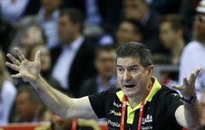 Manolo Cadenas gesticula durante la final del Europeo de Balonmano.