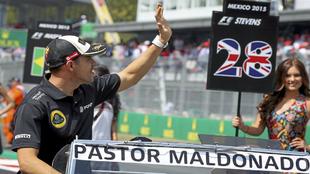Pastor Maldonado saluda al público en el Gran Premio de México de...