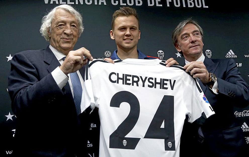 Dennis Cheryshev posa con su nueva camiseta. JOSÉ ANTONIO SANZ (MARCA) 58433186fe3e6