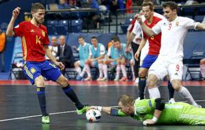 Raúl Campos disputa el balón con el portero de Hungría.