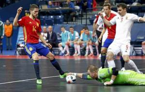 Raúl Campos disputa el balón con el portero durante el partido...