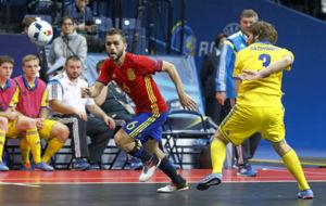 Rafa Usín se marcha de un jugador ucraniano.
