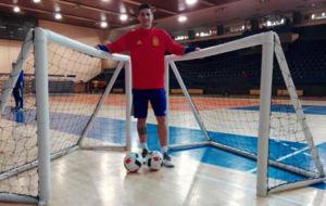 Óscar García posa con unas porterías y unos balones tras el...