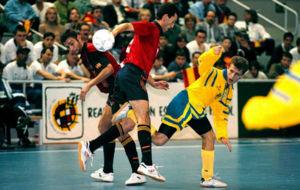 Santi Herrero y Lorente luchan con un jugador ucraniano en la...