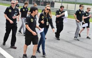 Carmen Jord�, junto a Ayao Komatsu y detr�s Romain Grosjean durante...