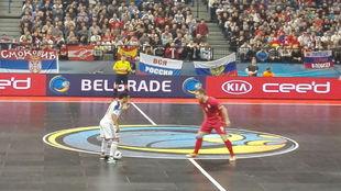 Robinho controla el balón ante la presencia del serbio Lazic.