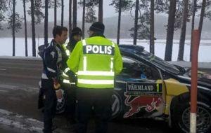 Ogier, en el momento de ser multado por la polic�a sueca.
