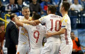 Miguelín, Álex, Andresito y Bebe se abrazan tras un gol.