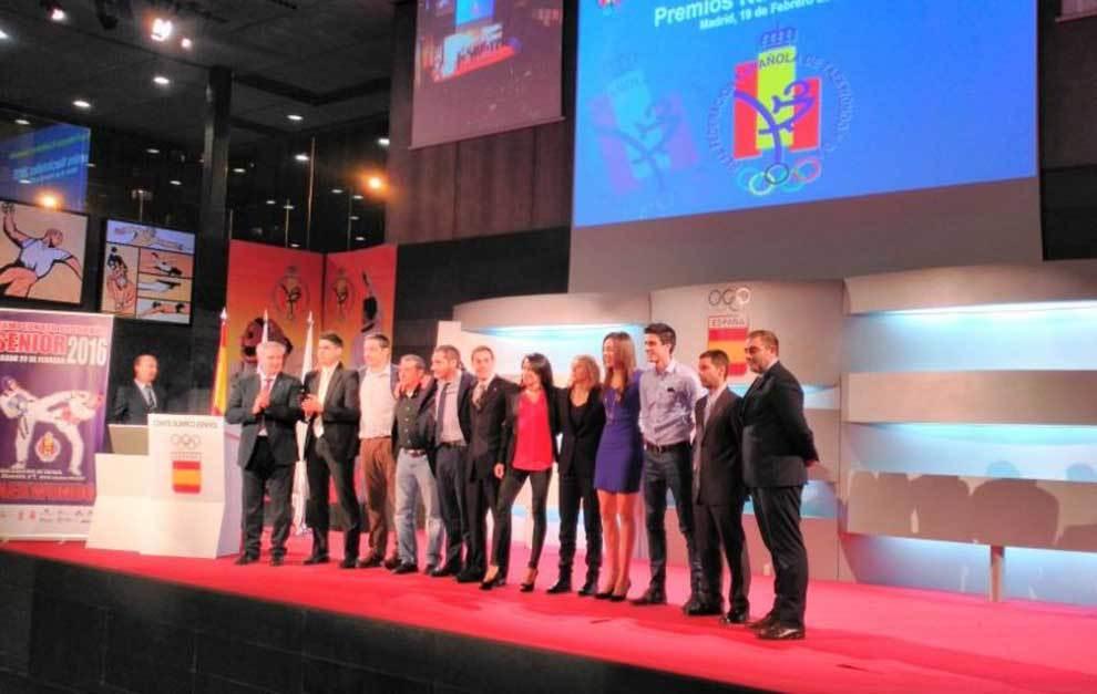 Los premiados posan en el auditorio del COE