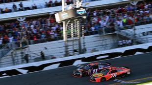 Denny Hamlin (Toyota nº 11), entra en meta ligeramente por delante de...
