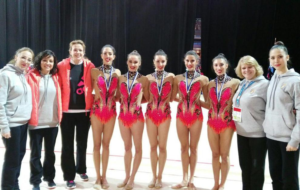 El conjunto español de gimnasia rítmica junto al cuerpo técnico y...