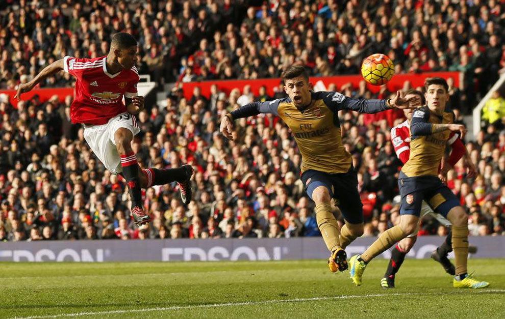 Rashford marca de cabeza ante el Arsenal.