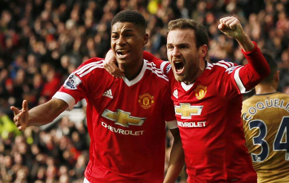 Rashford celebra con Mata uno de sus goles.