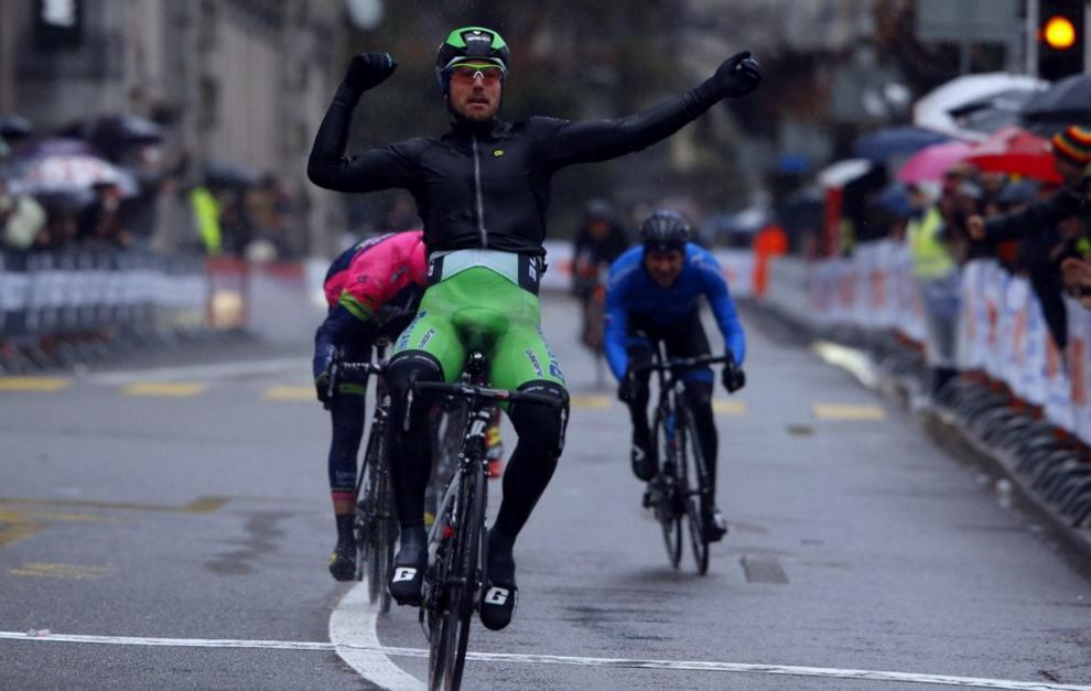 Sonny Colbrelli celebrando en meta su triunfo.