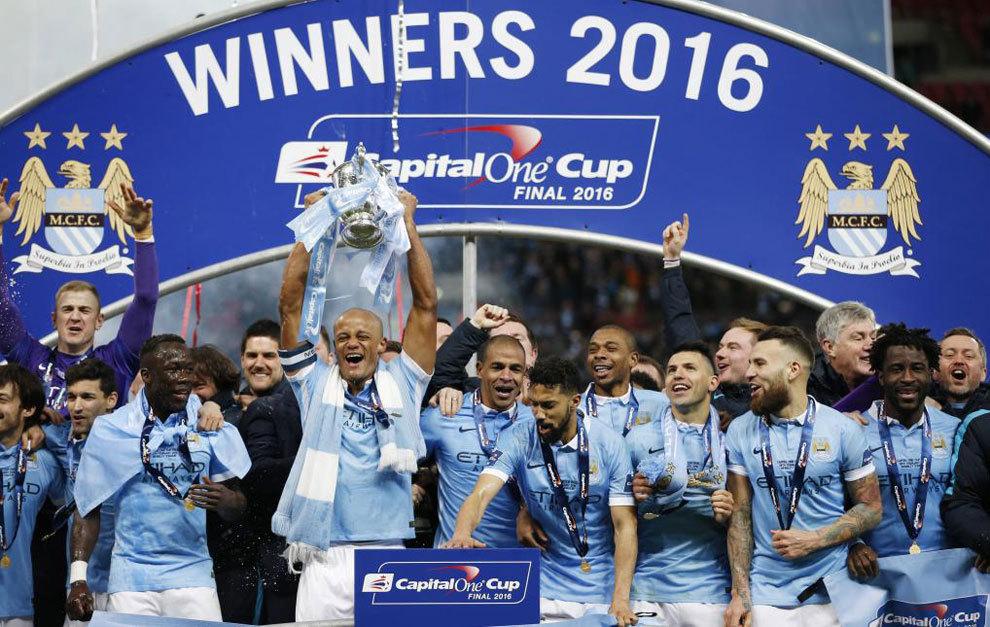 Kompany levanta al cielo de Londres la Copa de la Liga.