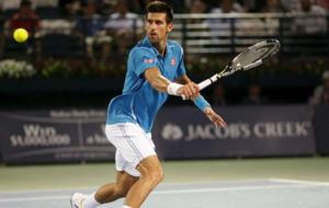 Djokovic se dispone a volear