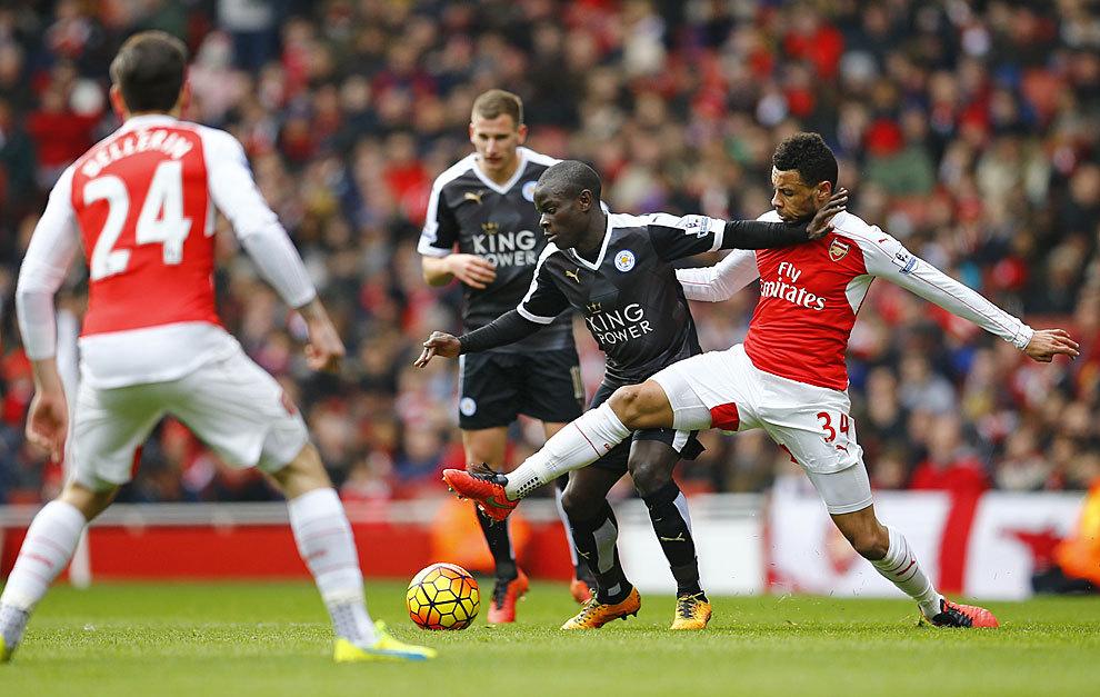 Kanté disputa un balón con Coquelin, del Arsenal.