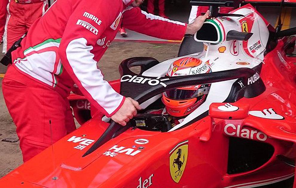 Un mecánico de Ferrari instala el 'halo' en la cabina de Raikkonen.