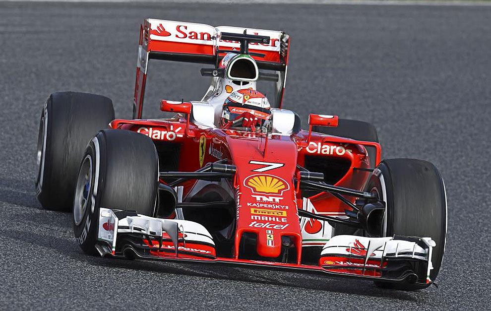 Raikkonen pilota el Ferrari SF16-H en Montmeló.