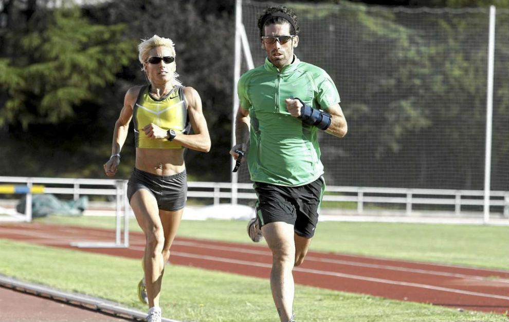 César Pérez (40) tira de Marta Domínguez (40) en un entrenamiento...