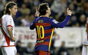 Leo Messi celebra uno de los tres goles que le marcó al Rayo.