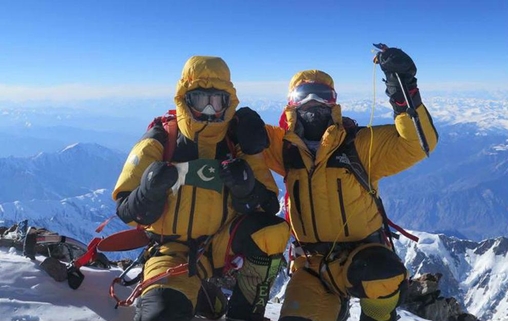 Ali 'Sadpara' y Simone Moro, en la cumbre del Nanga Parbat.