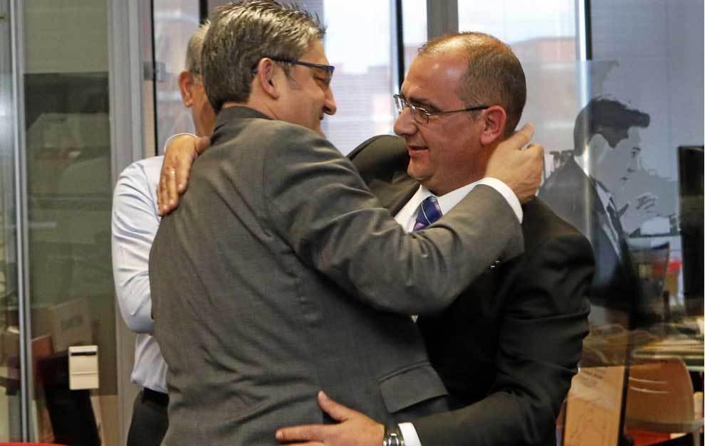 Campillo y Gallardo se abrazan en el momento del nombramiento