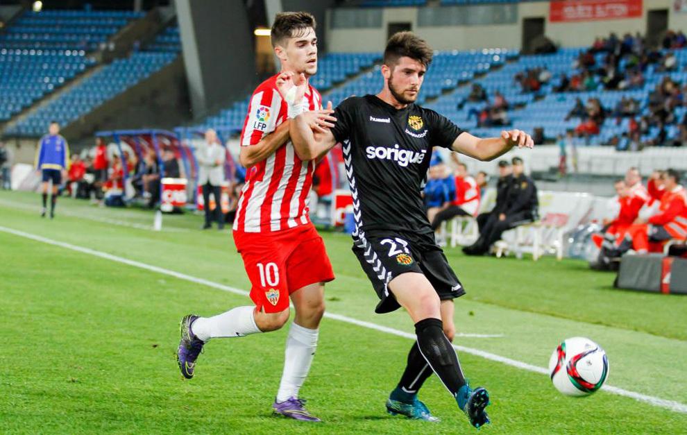 Jordi Calavera protege el balón ante un jugador del Almería esta...