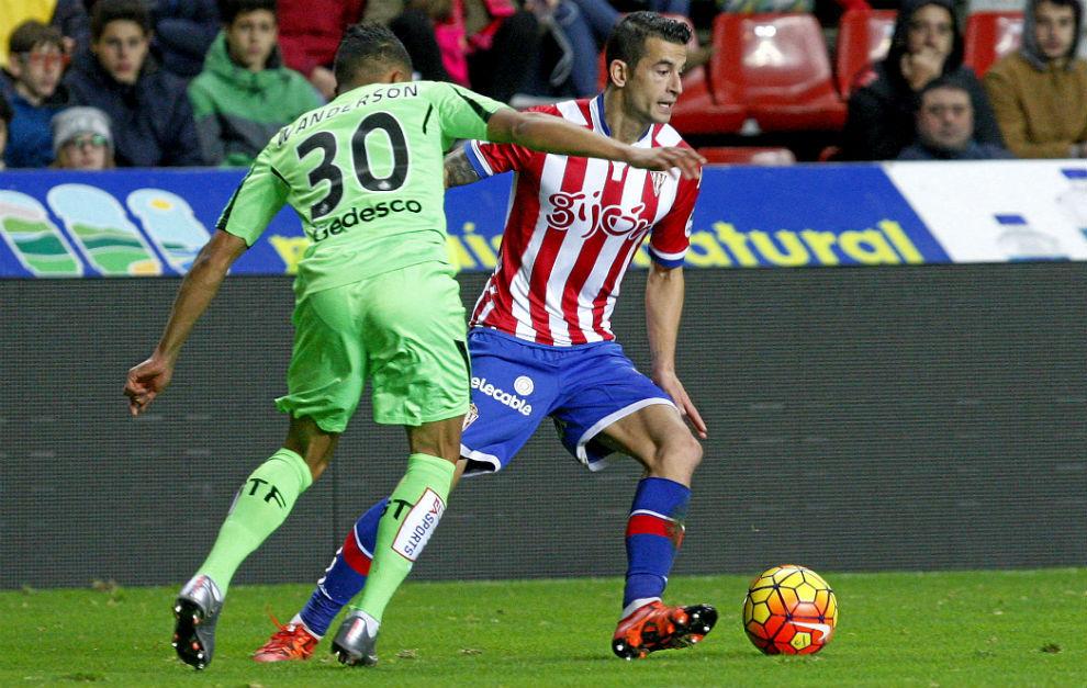 Luis Hernández regatea a un rival en un partido contra el Getafe