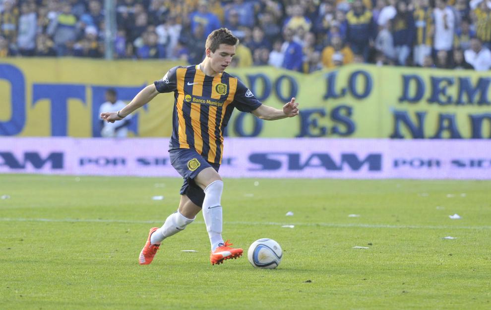 Lo Celso controla el balón durante un partido con Rosario Central