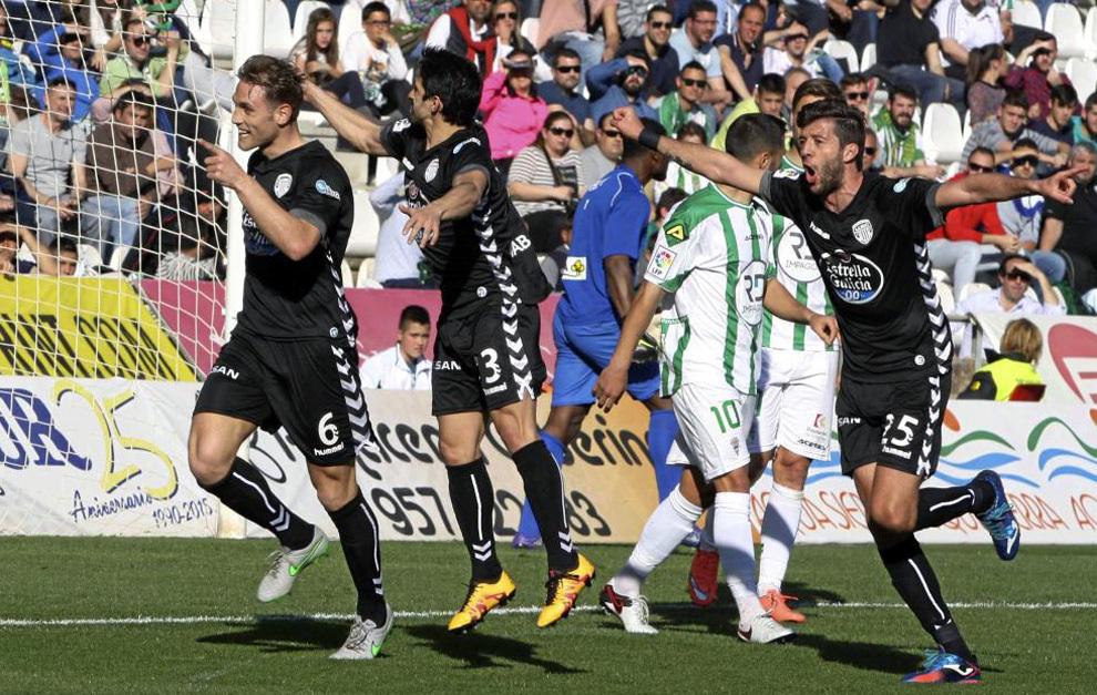 Los jugadores del Lugo celebran un gol delante de los jugadores del...