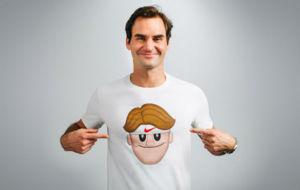 Roger Federer posa con la camiseta con su propio emoticono.