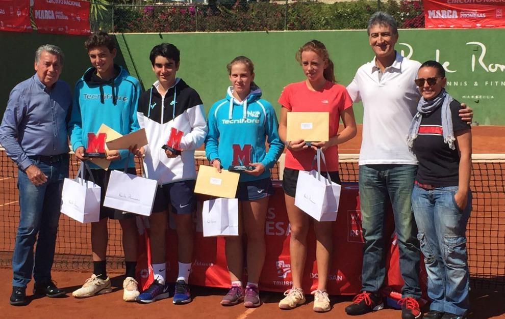 Manuel Santana, con los finalistas del torneo