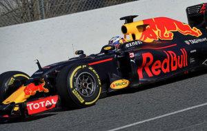 Ricciardo pilota el RB12 durante los tests de Montmel�.