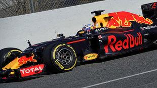 Ricciardo pilota el RB12 durante los tests de Montmeló.